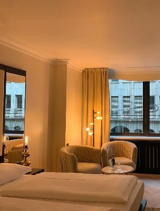 Zimmer bei Nacht im Arthotel ANA Amadeus.