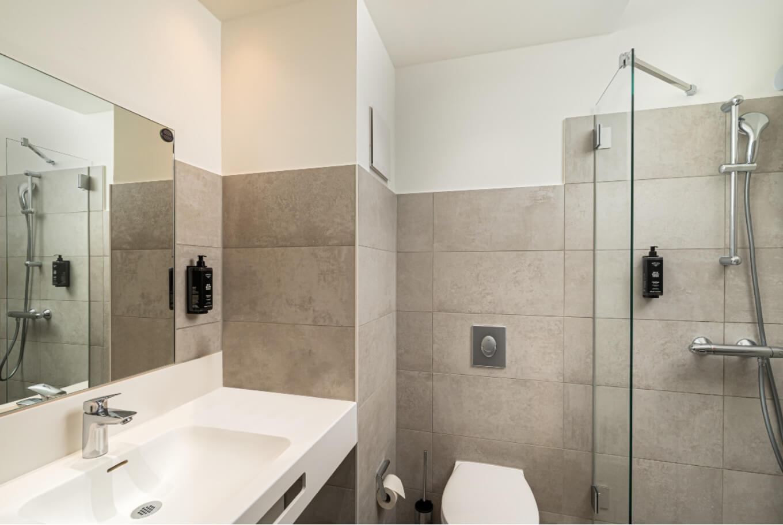 The bathroom of Arthotel ANA Amber Rostock.