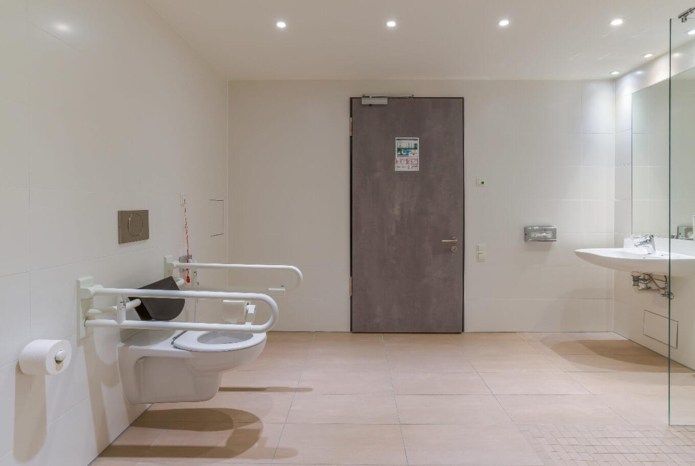 Behindertengerechtes Badezimmer im Arthotel ANA Diva München