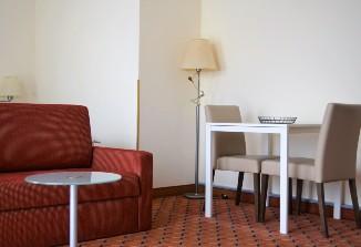 Die Sitzgelegenheit im Zimmer vom ANA Living Munich by Arthotel ANA.